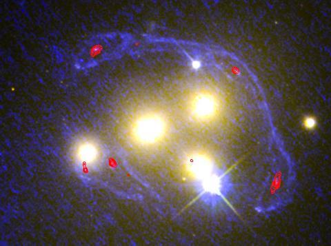 자외선(파란색)으로 나타난 허블 우주망원경 사진과 ALMA 전파망원경 장파장 이미지(빨간 등고선)를 포함해 더 넓은 파장 범위에서 본 Abell 3827 성단의 심장부의 4개 은하 이미지. 이 파장들에서 앞부분 성단이 거의 투명하게 돼 배경 은하를 더 선명하게 볼 수 있기 때문에 배경 은하가 어떻게 왜곡됐는지를 확인하기가 용이하다.   CREDIT: NASA/ESA/ESO/Richard Massey (Durham University)