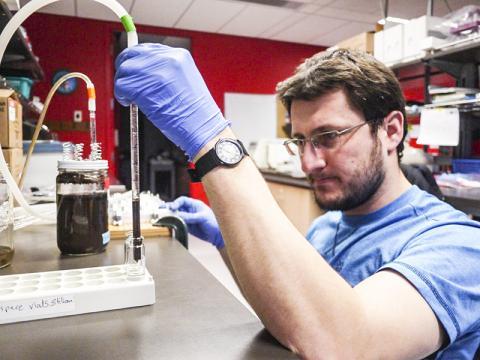 루카 박사와 국제협동연구팀은 지구상에서 가장 풍부한 삶의 형태를 가진 미생물 연구를 위해 새로운 접근법이 필요하다고 말한다.   CREDIT: University of British Columbia