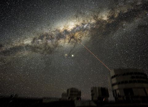 칠레 북부 아타카마 사막의 파라날 관측소에서 찍은 밤하늘의 은하수 중심부 사진.  Credit: Wikimedia Commons / ESO/Y. Beletsky