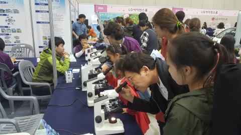 아이들과 부모님이 함께 과학축전에 참석해 부스를 체험하고 있다. ⓒ 김지혜/ScienceTimes