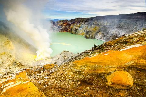 연구팀은 화산 분화 등으로 생긴 아황산염 등의 분자가 초기 지구의 호수와 강에 풍부하게 생성돼 생명체 기원의 환경을 조성했을 것이라고 말한다.  Credit: MIT News
