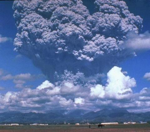 초기 지구에서는 잦은 화산 활동으로 엄청난 양의 이산화황 등이 대기로 분출됐다. 1991년의 필리핀 피나투보 화산 분출. 화산재가 19km까지 치솟았다.  Credit: Wikimedia Commons / D. Harlow