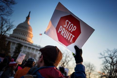 트럼프 행정부에서 환경정책을 담당하고 있는 EPA에서 지난 48년 동안 축적한 환경관련 과학적 연구 결과를 재검증하겠다는 목표 하에 새로운 기준을 만들고 있다. 사진은 현 EPA 스콧 프루잇 국장 퇴진을 촉구하며 시위를 벌이고 있는 시민.  ⓒWikipedia