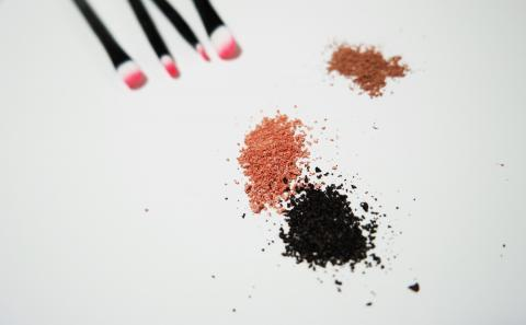 어린이와 청소년들이 색조화장을 할 때에는 더욱 각별한 주의가 필요하다. ⓒpixabay.com