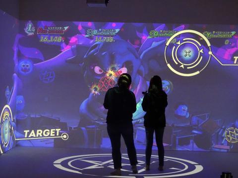 VR 컨텐츠 업체 브로틴(VROTEIN)은 머리에 쓰는 장비 없이 특수제작 총으로 사방에서 나타나는 괴물들을 잡는 방식의 증강현실 슈팅 게임을 선보였다.  ⓒ 김은영/ ScienceTimes