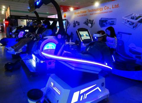 한 참관객이 중국 무비파워 테크놀로지사가 개발한 궤도를 돌면서 스피드를 즐기는 셔틀, 'VR 스페이스-타임 오빗(오른쪽)'을 체험하고 있는 모습.