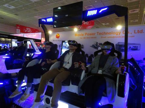 VR 어트랙션 놀이기구를 타며 환호성을 지르는 참관객들. ⓒ 김은영/ ScienceTimes