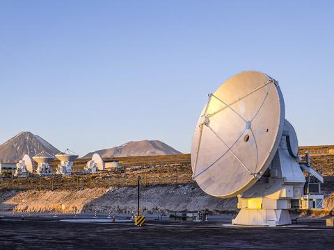 이번 발견에 활용된 칠레 아타카마 사막에 있는 대형 밀리미터파 전파망원경 군집(ALMA, Atacama Large Millimeter Array) Credit: ESO/C. Pontoni