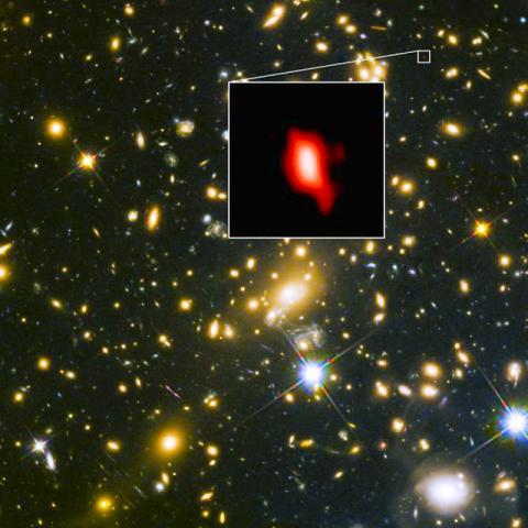 허블 우주망원경으로 촬영한 은하 클러스터 MACS J1149.5+2223의 모습. 네모 칸에 삽입된 이미지는 ALMA로 관측한 가장 먼 은하인 MACS1149-JD1. ALMA가 관측한 133억년 전의 산소 분포는 빨간 색으로 표시됐다.  CREDIT: ALMA (ESO/NAOJ/NRAO), NASA/ESA Hubble Space Telescope, W. Zheng (JHU), M. Postman (STScI), the CLASH Team, Hashimoto et al.