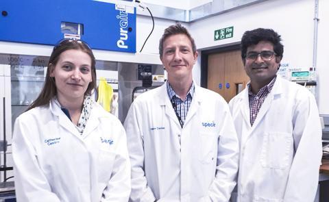 스완지대 연구팀들. 왼쪽부터 카트린느 수엔느 드 카스트로 박사, 매튜 로이드 데이비스 박사, 수다가르 피차이무투 박사.  CREDIT: Swansea University