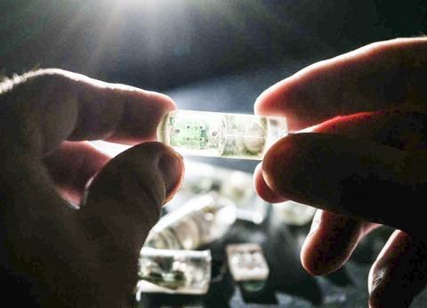 MIT 공학자들은 환경조건을 감지해 이를 전자회로에 전달하도록 프로그래밍된 박테리아 탑재 삼키는 센서를 개발했다.  CREDIT: Lillie Paquette, MIT