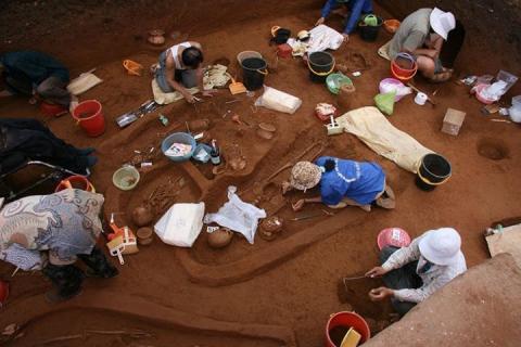 지난 2007년 베트남에서 인간 유물들을 발굴하고 있다. 연구팀은 이 유물을 분석했다. Credit: Lorna Tilley, Australian National University