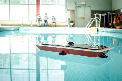 수영장에서 실험중인 자율운행 수상보트 ⓒMIT