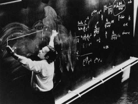 생전에 물리학을 강의 중인 리처드 파인만. 1918년 5월11일 출생해 아인슈타인과 함께 가장 큰 인기를 누리고 있는 과학자로 탄생 100주년을 기념하는 행사가 줄을 잇고 있다.  ⓒrichardfeynman.com