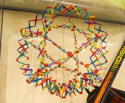 이번에 개발한 생체분자처럼 같은 모양으로 크기를 늘이거나 줄일 수 있는 호버만 구. 우주의 팽창과 수축을 설명하는데 쓰이기도 한다. 미국 자연사박물관에 전시.  Credit: Wikimedia Commons / Ryan Somma