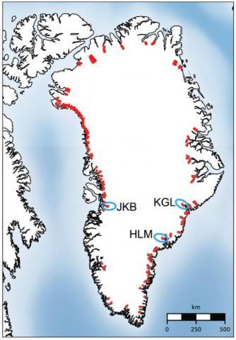빨간 다각형은 그린란드의 분석된 해수면 빙하 140개 모습. 야곱스하븐 이스브래(Jakobshavn Isbræ), 캉어드룩수아크(Kangerdlugssuaq) 빙하 및 헬하임(Helheim) 빙하는 파란색으로 표시됐다.   CREDIT: University of Kansas