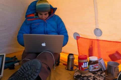 그린란드 연구현장 텐트에서 논문 제1저자인 레이 스턴스 교수가 노트북으로 자료를 보고 있다.   CREDIT: University of Kansas
