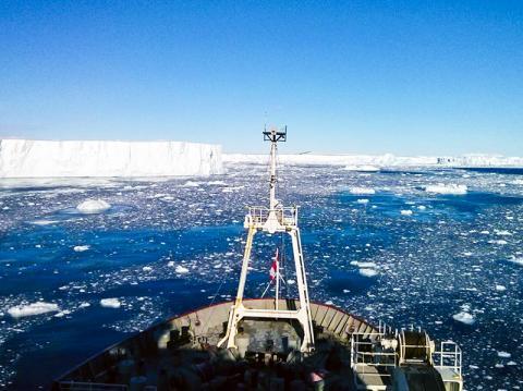 RRS 제임스 클라크 로스 쇄빙선에서 찍은 남극 빙하 바다 모습.  CREDIT: Brice Loose/URI