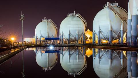천연가스 생산 및 공급 과정에서 지구온난화의원인으로 지목받고 있는 메탄이 대거 유출되고 있다는 연구보고서가 발표되면서 환경단체와 기업 간에 천연가스의 환경 유해성을 놓고 치열한 공방이 벌어지고 있다.  ⓒiea.org