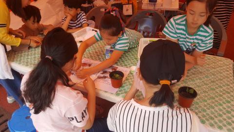 초등학생들이 운영하는 부스에 언니들이 체험에 참여해 동생들이 언니들에게 과학에 대해 설명하고 체험할 수 있게 도와주는 장면도 연출됐다. ⓒ김지혜/ ScienceTimes