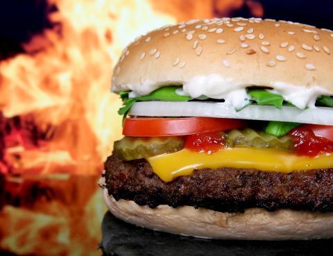 햄버거 패티 등에 들어가는 육류 및 가공식품은 스테이크와는 달리 완전히 익혀서 먹어야 안전하다.  ⓒ ScienceTimes
