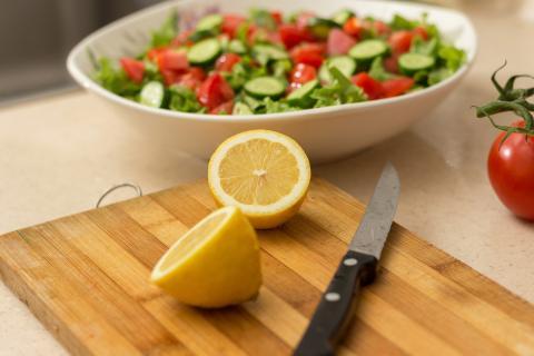 장마철 고온다습한 환경 속에서는 도마와 칼 등 조리기구를 정기적으로 살균소독을 하고 교차감염 방지를 위해 조리식품별로 사용하는 것이 좋다. ⓒ ScienceTimes