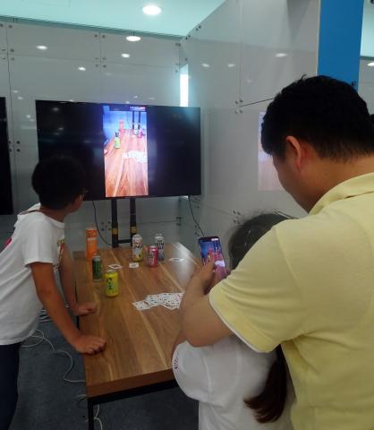 어린이들이 스마트 단말기기를 통해 증강현실을 이용한 게임 콘텐츠를 체험해보고 있다.    ⓒ 김은영/ ScienceTimes