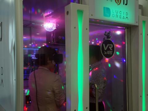 여의도 국회의사당 국회의원회관 로비에 등장한 VR 노래방. 두 사람이 들어가면 꽉 차는 작은 공간이라 비좁아 보였지만 VR 기기 너머 가상의 현실에서 자신이 스타가 된 듯 노래를 열창하고 있다. ⓒ 김은영/ ScienceTimes