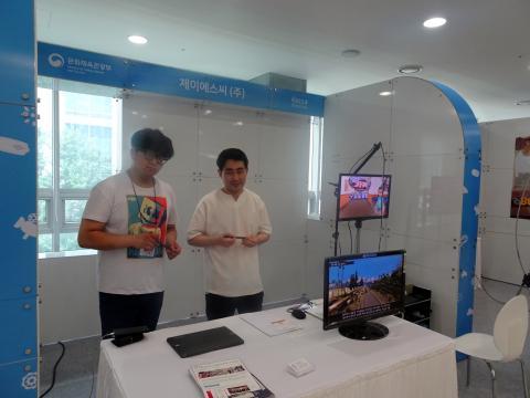 제이에스씨(주) 관계자들이 '카봇' 캐릭터와 함께 체험해보는 '가상현실 의료 VR 콘텐츠'를 소개하고 있다.     ⓒ 김은영/ ScienceTimes