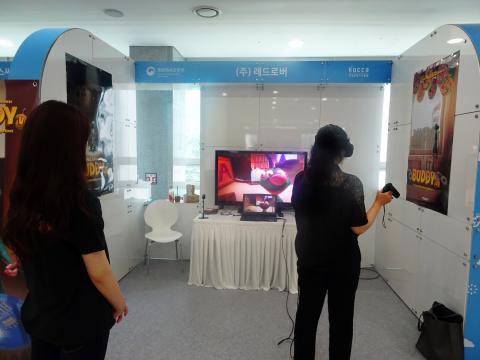 한 여성이 글로벌 애니메이션 '넛잡'의 IP를 기반으로 넛잡의 캐릭터들과 상호 교감할 수 있는 VR 애니메이션을 체험하고 있다. ⓒ 김은영/ ScienceTimes