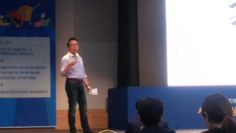 김승주 교수가 '암호화페, 믿어도 될까'에 대해 강연하고 있다.