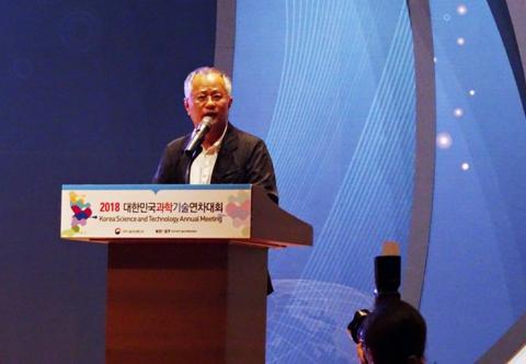 """송승환 총감독은 """"한국전통 문화의 가치관과 현대 한국문화예술의 특징인 '융합'을 바탕으로 '열정'과 '평화'의 메시지를 무대에 담고자 했다""""고 말했다."""