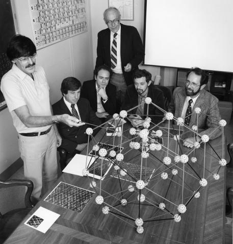 준결정의 원자구조를 설명하고 있는 셰흐트만 박사(맨 왼쪽에 서 있는 사람, 1985년 촬영). ⓒ Public Domain
