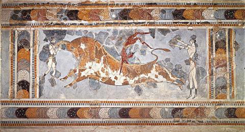소는 크레타의 상징이었다. 소를 뛰어 넘는 놀이를 보여주는 미노스 문명기의 프레스코화. 헤라클리온 고고학 박물관 소장.  ⓒ 위키백과 자료