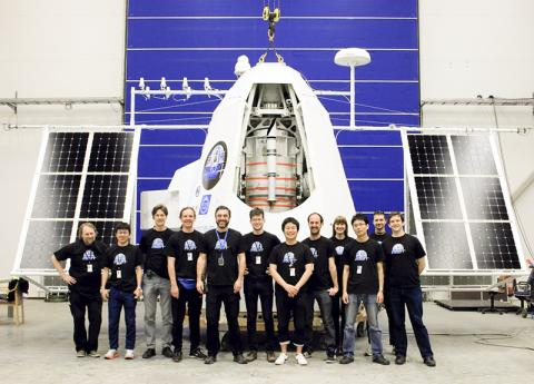 PoGO+ 위성과 연구팀. 오른쪽에서 여섯 번째가 히로미츠 다카하시 교수.  CREDIT: Hiromitsu Takahashi, Hiroshima University