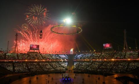 프로젝션 맵핑 기술, 증강현실(AR), 리프트 무대와 플라잉 무대, LED 촛불과 성화봉송, 1218대의 화려한 드론 등으로 역대 최고 'ICT 올림픽'이라는 평가를 받은 평창동계 올림픽 개막식. ⓒ flickr.com_www.pss.go.kr