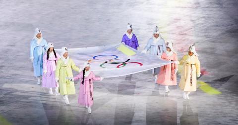 시청자들은 드론 오륜기를 보는 동안 현장에는 무대에서 올림픽기가 등장했다.  ⓒ flickr.com_www.pss.go.kr