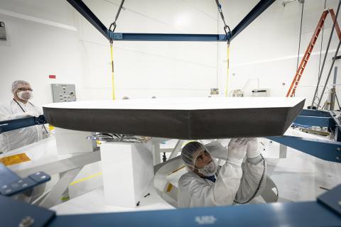 파커 탐사선의 방열판은 탄소 복합재로 만든 패널 두 개로 구성돼 있다. 가능한 한 우주선으로부터 태양 에너지를 멀리 반사시키기 위해 태양을 향한 쪽에는 특별하게 흰색 코팅을 했다. Credits: NASA/Johns Hopkins APL/Ed Whitman