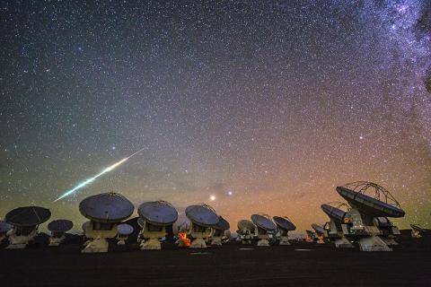 페루 아타카마 사막 ALMA 전파망원경 군집 사이트에서 유성이 떨어지고 있는 모습을 포착했다. 연구팀은 운석을 통해 지구 생명체가 달로 옮겨갔을 수 있다고 추정한다.  CREDIT: Wikimedia Commons / ESO/C. Malin
