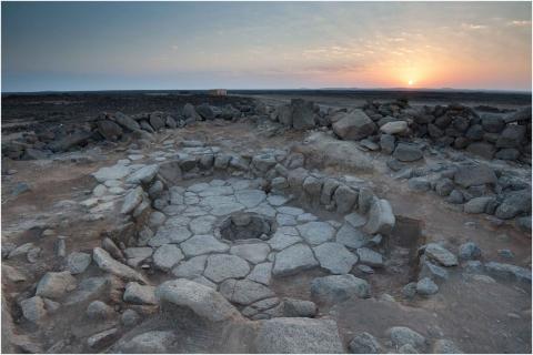 요르단 블랙 데저트에서 발겨난 1만4400여 년 전 살았던 인류 조상의 집터 화로 유적. 이곳애서 발견한 빵 조각 유적들을 통해 인류 농경 역사가 새로 써질 전망이다.  ⓒAmaia Arranz-Otaegui