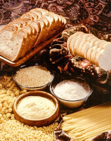 미국에서는 많은 곡물 식품에 엽산을 강화하도록 하고 있다. 임신부는 하루에 0.4밀리그램의 엽산을 더 섭취하도록 권장하며, 대체로 시민들이 일반적인 섭취량의 53%는 식품으로, 35%는 보충제로 섭취하는 것으로 집계된다. 엽산은 비타민의 일종인 비타민B9으로 녹황색 채소와 간, 랜틸콩 등에 많이 들어있다.   Credit: Wikimedia Commons / Scott Bauer