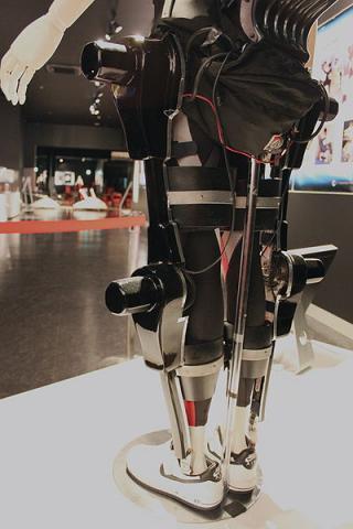 일본의 사이버다인사에서 개발한 의료용 강화복 ⓒ Yuichiro C. Katsumoto