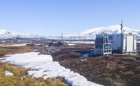 스웨덴 북부 스토르달렌 마이어(Stordalen Mire) 연구기지. 이 지구생화학 시설은 자동챔버에 연결돼 가스 방출량을 측정한다.  CREDIT: Caitlin Singleton