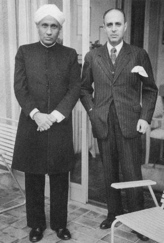 외국에 유학 가서 공부하지 않고 국내에서 한 연구로는 아시아 최초의 노벨 과학상이자 노벨 물리학상을 받은 최초의 아시아인으로 기록된 찬드라세카라 라만(왼쪽). 오른편은 스위스의 물리학자 리처드 베어. ⓒ Public Domain