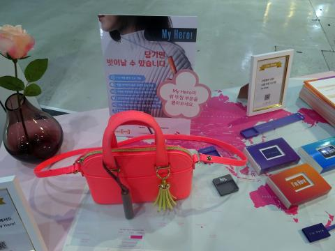 가방에 부착할 수 있는 호신용 홈 사물인터넷(IoT) 제품을 선보인 SK텔레콤. ⓒ 김은영/ ScienceTimes