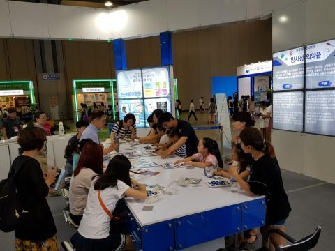 한국원자력의학원에서 '방사선과 건강한 삶'이란 주제로 체험활동을 하고 있다.