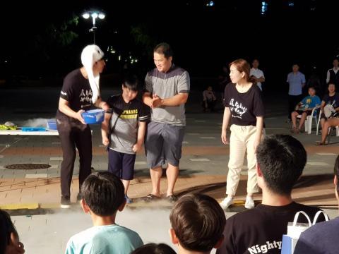 액화질소 실험에 참여하고 있는 아빠와 아들  ⓒ 김순강 / ScienceTimes