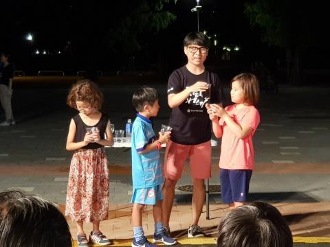 마시지 못하는 커피를 만드는 실험에 참여하고 있는 어린이들 ⓒ 김순강 / ScienceTimes
