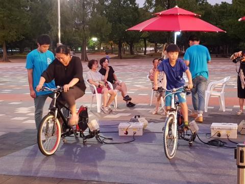 자전거 비눗방울 만들기 체험하고 있는 시민들 ⓒ 김순강 / ScienceTimes