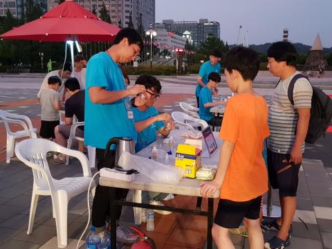액체괴물 만들기 체험하고 있는 학생들 ⓒ 김순강 / ScienceTimes